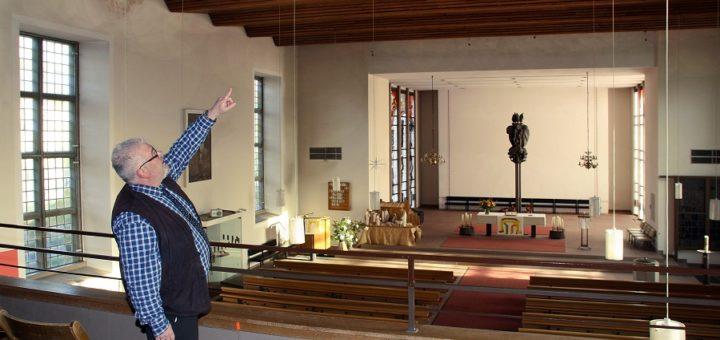 Pfarrer Thomas Meyer zeigt, warum die Innensanierung der Stadtkirche dringend überfällig ist. Die Wasserschäden von 2010 seien noch deutlich zu sehen. Auch die Stellen, wo die Risse verputzt werden musste, weil sich der Turm geneigt hatte, brauchen einen neuen Anstrich. Im Zuge der bevorstehenden Frischekur sollen zudem das Mobiliar und die Kunstwerke neu arrangiert werden. Foto: nba