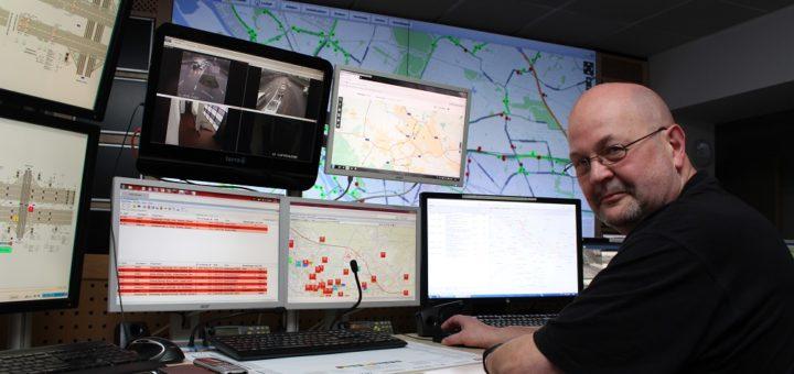 Ralf Brandes hat in der Verkehrsmanagement-Zentrale die Autobahnen, Bundes- und Stadtstraßen, Ampeln und Co. im Blick. Per Funk ist er mit dem Lagezentrum der Polizei verbunden. Foto: Harm