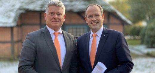 Digitalisierung im Blick und gleichzeitig die Präsenz in der Fläche erhalten. Darauf setzen die Volksbank-Vorstandsmitglieder Mathias Knoll (links) und Jan Mackenberg. Foto: Bosse