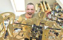 Frank Suhrkamp spielt mit seinem mechanischen Kostüm den Gegner der Natur. Foto: Schlie