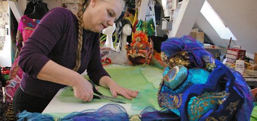 Janine Jaeggi schneidet für die letzten Feinheiten an den Kostümen Stoffe zurecht.