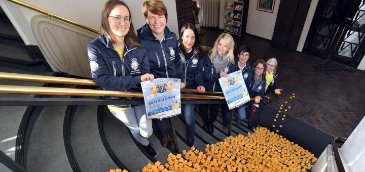 Die Vorbereitungen für das Delmenhorster Entenrennen im Mai laufen bereits – zumindest die Treppen des Rathauses haben die gelben Meisterschwimmer schon mit Hilfe der Damen aus dem Lions-Club erklommen.Foto: Konczak