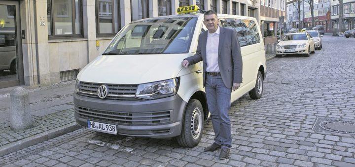 Fred Buchholz ist Vorstandsvorsitzender der Vermittlungszentrale Taxi-Ruf Bremen. Er warnt vor den neuen Plänen des Bundesverkehrsministers Andreas Scheuer. Foto: Meister