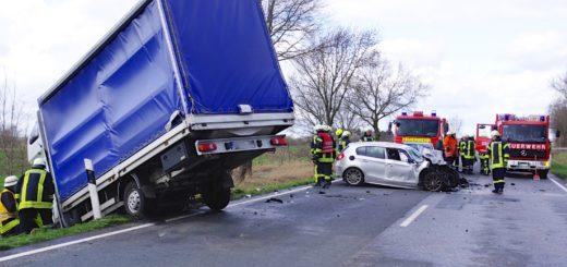 Nach der Unfallaufnahme auf der B 212 mussten beide Fahrzeuge abgeschleppt werden. Foto:Richter