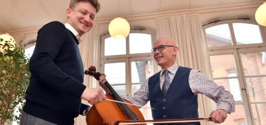 Musikschulleiter Michael Müller und Orchesterleiter Adrian Rusnak freuen sich auf das Konzert am 25. März. Dabei soll das Cello im musikalischen Mittelpunkt stehen. Foto: Konczak