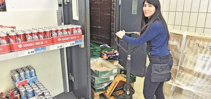 Verkäuferin Zeynep Erezkaya (31) schiebt eine Palette mit Leergut in den Fahrstuhl, der Laden und Untergeschoss verbindet.