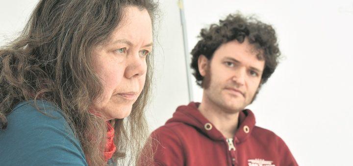 Cornelia Barth und Felix Pithan, die beiden Landessprecher der Linken, schließen für Bremen eine Initiative wie in Berlin nicht aus, die dort eine Enteignung großer Wohnungsunternehmen fordert. Foto: Schlie