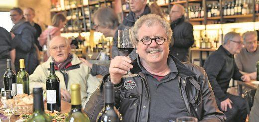 Cartoonist Til Mette hat zum ersten Mal kommerziell ein Weinetikett entworfen.Foto: Schlie