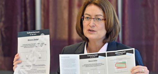 Bürgerschaftspräsidentin Antje Grotheer entfaltet das Info-Blatt zum Volksentscheid, das auch die Standpunkte der Parteien und der Bürgerinitiative enthält. Foto: Schlie