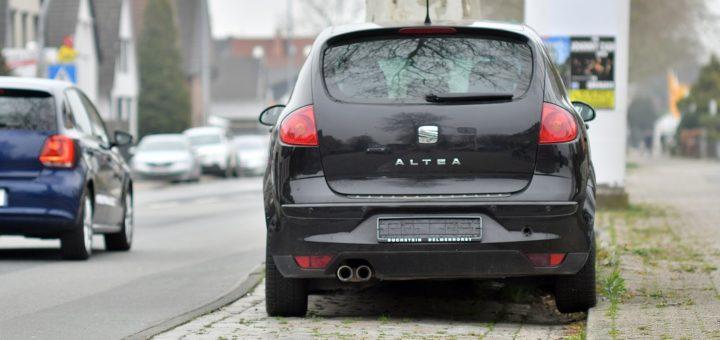 Autos ohne Kennzeichen dürfen nicht im öffentlichen Raum abgestellt werden. Dennoch kann die Stadtverwaltung sie im Regelfall erst nach einer mehrwöchigen Frist entfernen lassen. Foto: Konczak