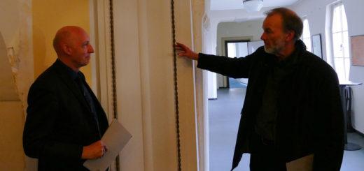 Fachbereichsleiter Andreas Tensfeldt und Architekt Ulrich Ruwe zeigten beim Rundgang durchs Rathaus wie es nach der Sanierung mal aussehen soll.Foto: Lürssen