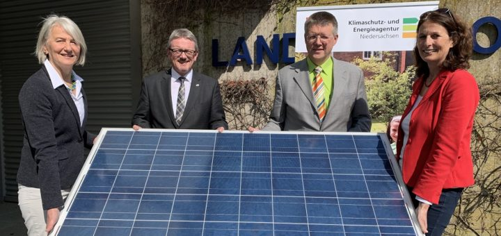 Stellten die neue Solar-Check-Kampagne vor: Karin Merkel von der Verbraucherzentrale Niedersachsen, Landrat Bernd Lütjen, Jan Hinken aus dem Amt für Kreisentwicklung und Koordinator der Energiewende 2030, sowie Barbara Mussack (von links) von der Klimaschutz- und Energieagentur Niedersachsen. Foto: Bosse
