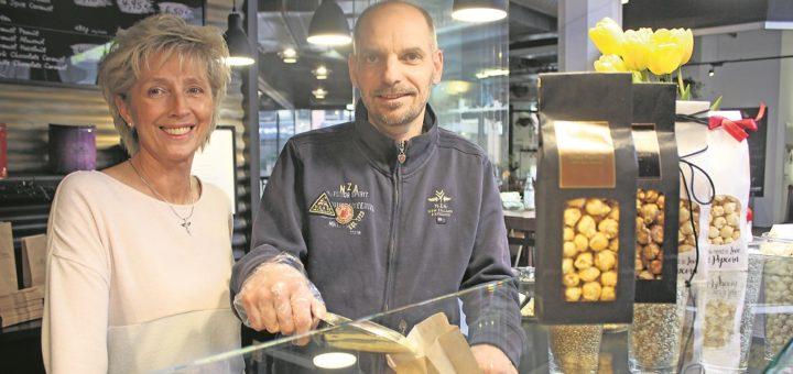 In der Markthalle 8 in der Bremer Innenstadt verkauft Thorsten Hobein sein Goldcorn. Die Kunden können jede Sorte vorher probieren. Foto: Lohmann