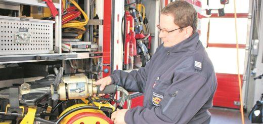 Feuerwehr-Sprecher Andreas Desczka zeigt den hydraulischen Rettungssatz am Rüstwagen, der bei schweren technischen Hilfeleistungen zum Einsatz kommt. Foto: Harm
