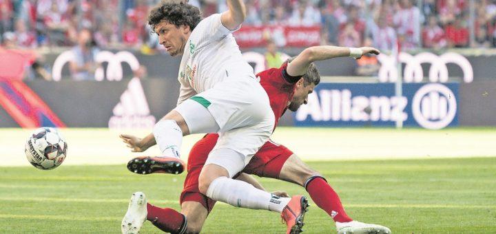 Sein Platzverweis am Samstag in München war mitausschlaggebend für die Niederlage: Milos Veljkovic – hier im Duell mit Thomas Müller. Foto: Nordphoto