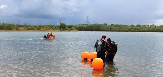 Die DLRG hat Anfang die quietschorangenen Bojen an Sportparksee Grambke gesetzt. Sie markieren den Schwimmerbereich, der besonders überwacht wird und in den keine Wassersportler fahren dürfen. Foto: Harm