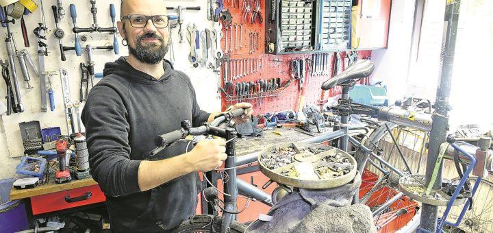 """Jan Vandlet beim Aufbau eines trendigen Stadtrades in der Werkstatt der """"Fahrradfeinkost"""". Foto: akw"""