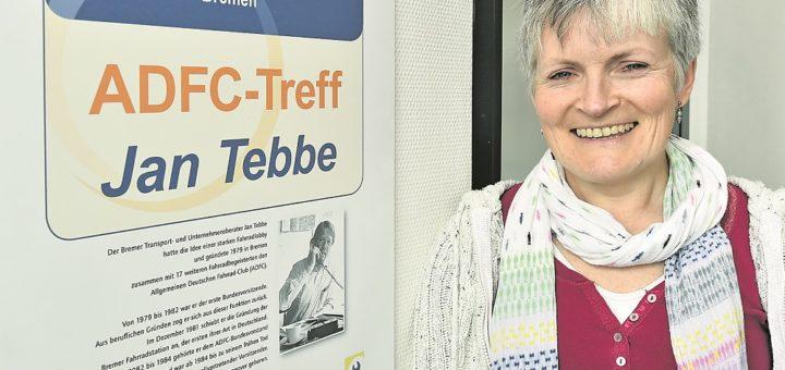 Eine Tafel im Eingangsbereich der Geschäftsstelle des ADFC-Landesverbandes am Hauptbahnhof erinnert an den 1985 verstorbenen Gründer Jan Tebbe. Bonnie Fenton hatte schon in Kanada für eine Radfahrerorganisation gearbeitet und trat 2008 nach ihrem Umzug nach Deutschland dem ADFC bei. Seit zwei Jahren ist sie Bremer Landesvorsitzende. Foto: Schlie