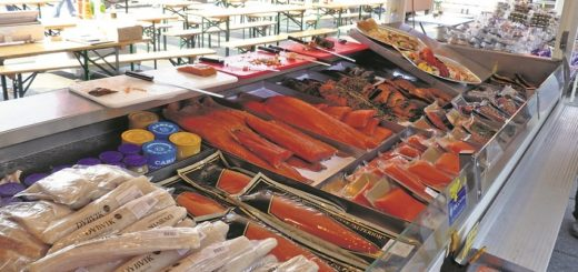 Auf dem Markt im norwegischen Bergen gibt es nicht nur fangfrischen Fisch zu kaufen. An manchen Ständen geht auch die in der EU verbotene Walsalami über die Theke.Foto: Kaloglou