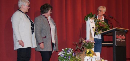 """Ingrid Behrens bedankte sich bei der stellvertretenden Landesvorsitzenden Dörte Stellmacher und der Kreisvorsitzenden Anne-Katrin Bullwinkel (von rechts) für die Auszeichnung mit der """"silbernen Biene"""" für besondere Verdienste als höchster Ehrung auf Landesebene. Foto: Möller"""