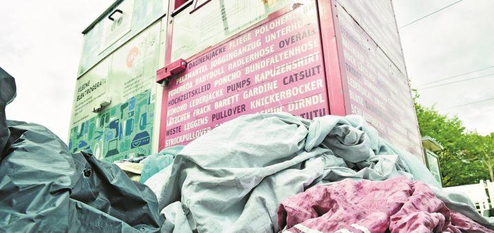 """Seit Monaten herrscht Chaos auf den Containerplätzen, dazu hatte die Bremer Stadtreinigung finanzielle Probleme mit dem Partnerunternehmen """"BreEnt"""". Ab Juni soll nun ein neuer Vertragspartner die Leerung der Container übernehmen. Foto: Schlie"""