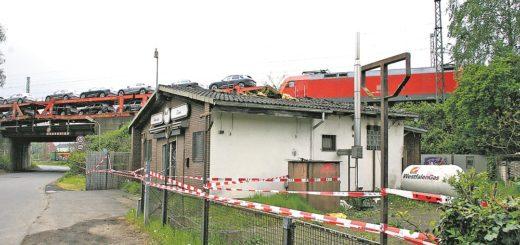 Der hintere Anbau ist ausgebrannt, und auch der größte Teil des Daches des ehemaligen Imbisses wurde durch Feuer und Löscharbeiten zerstört. Foto: Bollmann