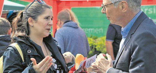 Bürgermeister Carsten Sieling im Gespräch mit Festbesucherin