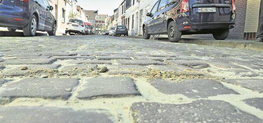 An dieser Stelle der Straße im Waller Zietenviertel waren immer wieder Steine abgesackt, die dann notdürftig neu verlegt wurden. Die Häuser am Straßenrand haben häufig große Risse und feuchte Wände. Foto: Schlie