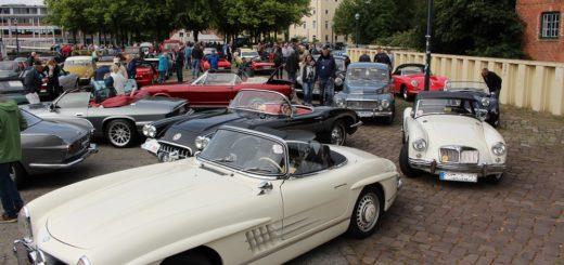 Wie in den vergangenen Jahren versammeln sich die Oldtimer auf dem Platz am Hafenwald und starten von dort die Tour. Archivfoto: Harm