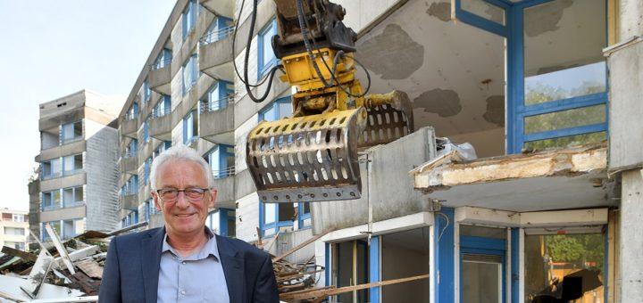 Oberbürgermeister Axel Jahnz machte sich am Montag vor Ort ein Bild von den Abrissarbeiten des Gebäudes an der Westfalenstraße 8 im Wollepark.Foto: Konczak