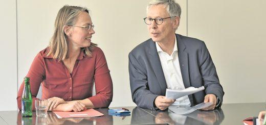 SPD-Landesvorsitzende Sascha Karolin Aulepp und Bürgermeister Carsten Sieling strahlen noch Zuversicht aus. Foto: Schlie