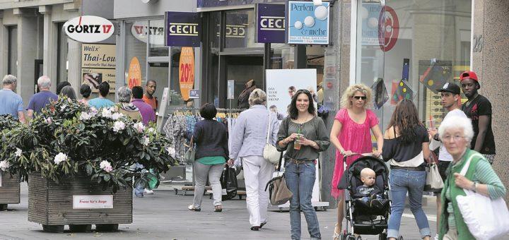 Menschen beim Shopping in der Innenstadt