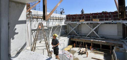 Momentan wird die letzte Wand rund um das zweite Kursbecken betoniert. Ende August kommt das Dach auf diesen Bereich.Foto: Konczak