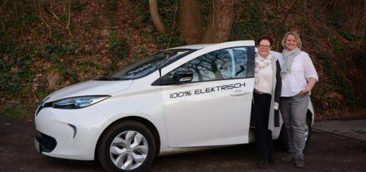 Die beiden Vorsitzenden Regina Hilbers (rechts) und Maria Goltsche (links) vor dem ersten Fahrzeug des Vereins Hu'e Mobil. Das Elektrofahrzeug kann von den Vereinsmitgliedern über ein Online-Buchungsportal reserviert werden. Foto: Hu'e Mobil