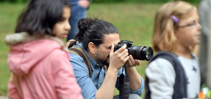 Statt Kriegsszenen in seiner Heimat fotografiert Rasem Ghareeb jetzt Kinder beim Minigolfen während des Ferienprogramms in Delmenhorst.Foto: Konczak