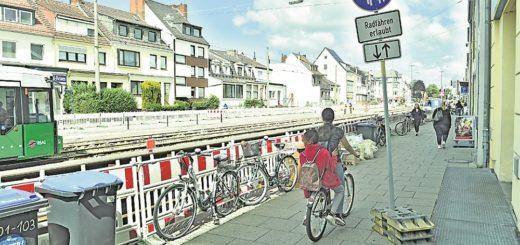 Der Gehweg vor dem Walle-Center wird gegenwärtig von den Radfahrern in beiden Fahrtrichtungen mitbenutzt. Gerade wenn noch Räder vor dem Center abgestellt sind, kann es da ganz schön eng werden. Foto: Schlie
