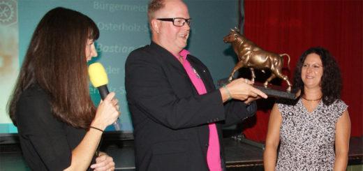 Die Moderatorin des Abends, Christina Loock von Radio Bremen, mit den Preisträgern: Timo und Yvonne Behrens (von links) Donnerstagabend auf Gut Sandbeck. Foto: Möller