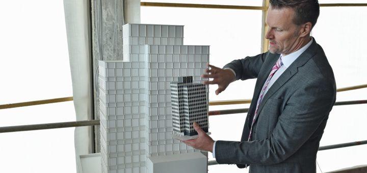 Lars Gomolka, Leiter Bestandstechnik und Immobilienbewertung der Gewoba, erläutert am Modell die äußerlichen Veränderungen am Gebäudekomplex.Foto: Schlie
