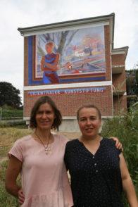 Lijonka (rechts) und ihre Künstlerkollegin Ruslana vor dem Wandbild am Neubau neben der Kunstschau. Foto: Erwin Duwe