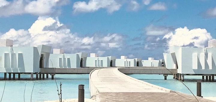 """Wenn zur Mittagszeit die Sonne auf das türkisfarbene Wasser der Lagune strahlt, """"wechseln"""" die sonst schneeweißen Overwater-Suiten des Riu Palace Maldivas ihre Farbe. Fotos: Kaloglou"""