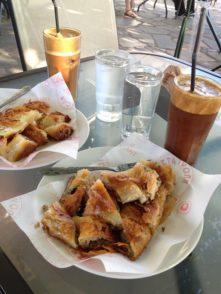 Griechisches zweites Frühstück: Bougatsa und Frappé