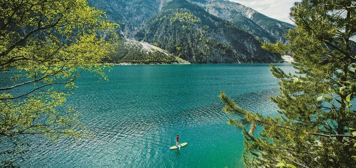 Der Tiroler Achensee: Paddeln auf türkisblauem Wasser. Foto: eco.nova/Tom Bauser