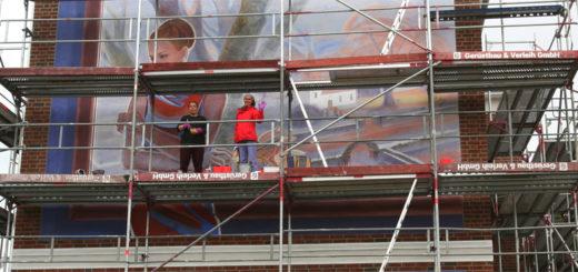 Die beiden Künstlerinnen Lijonka und Ruslana am noch eingerüsteten Giebel während ihrer Wandmalerarbeit. Foto: Erwin Duwe