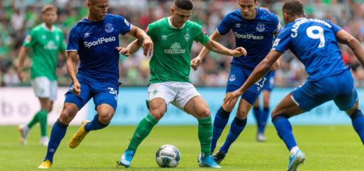 Rashica von drei Everton-Spielern umringt