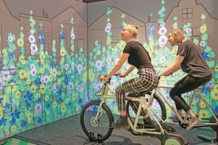 An einer Pedalstation lassen die Besucher das Grün immer höher wachsen.