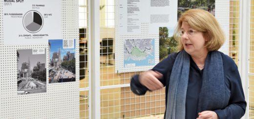 Anette Becker führt durch ihre Ausstellung