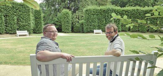 Bezirksmeister Felix Böttcher und Referatsleiter Ralf Möller (v. l.) kümmern sich für den Umweltbetrieb Bremen um die Parkanlagen in der Region.