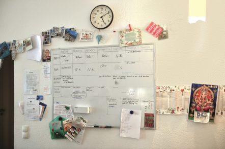 Auf der großen Tafel in der Küche sind alle Dienste und wichtige Dinge notiert.