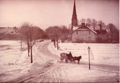 Alt Hastedter Kirche und Benningsenstraße: 1913 war es noch sehr beschaulich – nicht nur im Winter. Foto: Schulmuseum