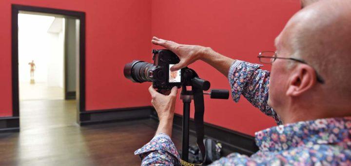 Fotografen nutzen die leere Kunsthalle als Kulisse. Foto: Schlie